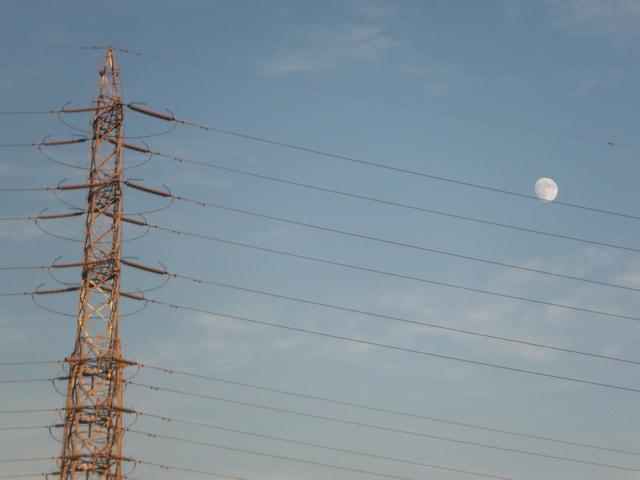 鉄塔。電線が五線譜で、月が音符に見える。っていうのはアリだなぁという話。電線に止まった鳥を音符に見立てて音楽作り上げた人の話