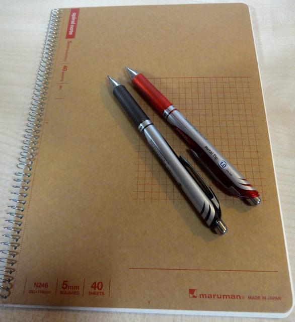 方眼ノートと赤ペン、黒ペン