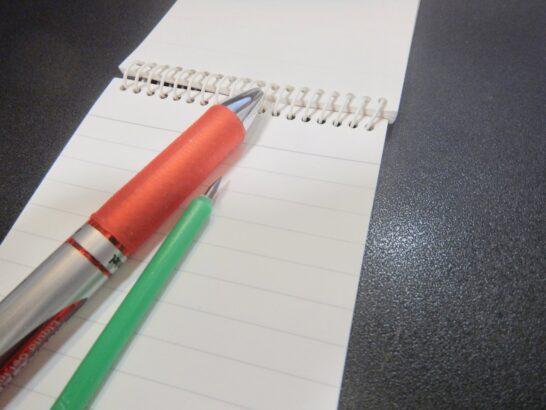 ボールペンでなく、赤鉛筆でしょうか。いや、蛍光ペン? シャーペン? 万年筆?
